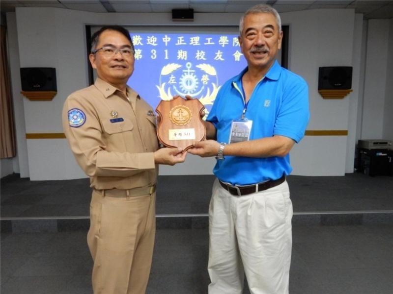 左支部龍指揮官致贈校友會紀念牌